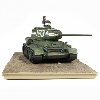 Forces of Valor Soviet medium tank T-34-85 Model 1944 95th Tank Brigade 9th Tank Corps, Berlin 1945 1/32 Scale 801013B